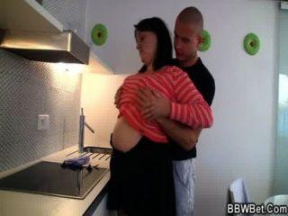 große titted Hündin ist in der Küche schlug