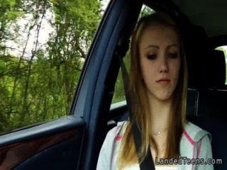 gestrandet blonde teen ficken in Auto pov
