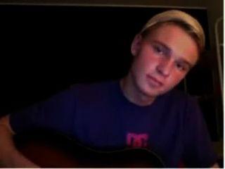 danish Junge auf der Gitarre zu üben und spielt Schwanz, bis er mit seinem Orgasmus kommt