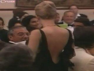 Scarlett Johansson fällt aus ihrem Kleid