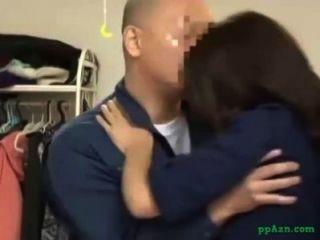 Asiatin geleckt Blowjob für den Hausmeister im Haus geben