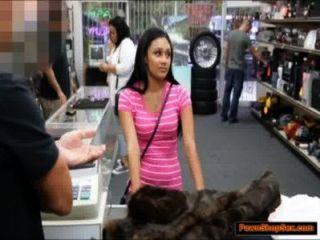 latina gibt Kopf und wird durch die pawnshopkeeper für Bargeld schlug
