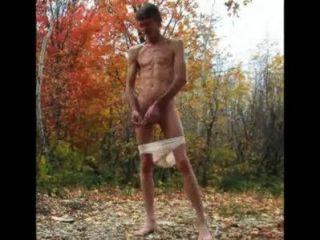 Penis im Freien in Höschen klingen