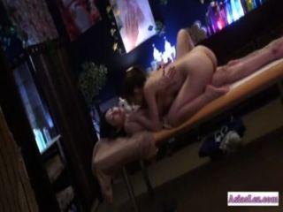 Asiatin geleckt und durch die Masseuse auf dem Massagebett gefingert