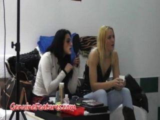 tschechische Mädchen, die Spaß in hinter der Bühne