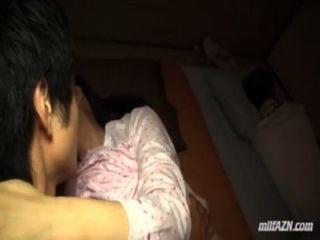 reife Frau junger Mann Saugen gefickt, während ihr Mann neben ihnen in Schlaf