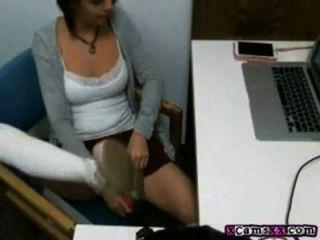 sexy Babe in ihrem Büro masturbiert zum Orgasmus