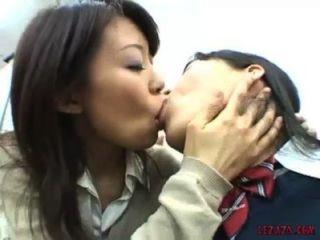 asiatische Schulmädchen küssen tit Saugen und spielen mit Pussy im Büro