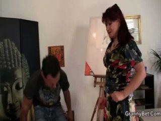 reifen Malerin reitet seinen Jungschwanz