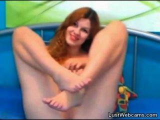 Rotschopf cam Mädchen spielt mit ihrer Pussy