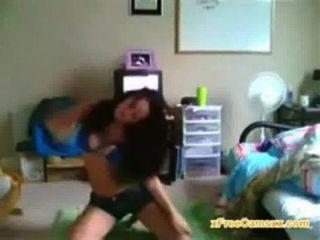 College-Mädchen mit großem Körper tanzt auf Live-Webcam