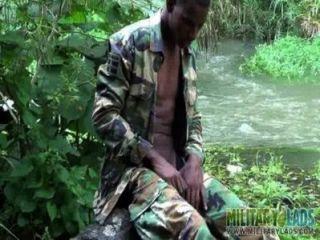 Hahnen starken Twink Soldat durch den Fluss