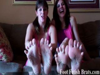 Sie müssen unsere Zehen saugen für ein frecher Junge sein