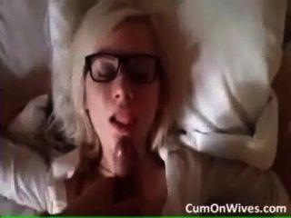 hot blonde Mädchen bekommt eine Gesichtsbehandlung. Wer ist sie?