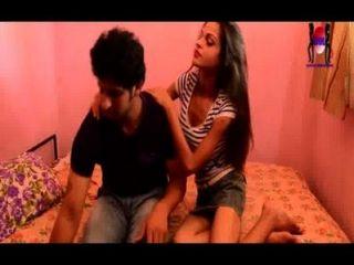 ein junges Paar bekommt zum Sex auf dem bed.desi jungen Bruder Schwester bereit
