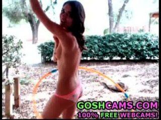 ehrfürchtige nackt Teen Babe mit Hula-Hoop-Ring im Freien im Hinterhof spielen