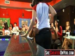 29 diese Mädchen verrückt auf clucb Orgie Dick Saugen 40