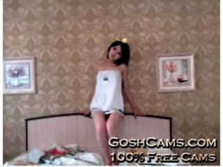 echte Hentai asiatische Teenager mit schönen Outfit Necken und spannend auf dem Bett und auf dem Stuhl