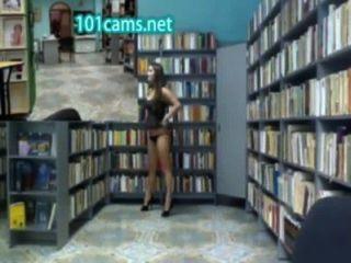 gilr blinkt Arsch in der Bibliothek vor der cam öffentliche Nacktheit