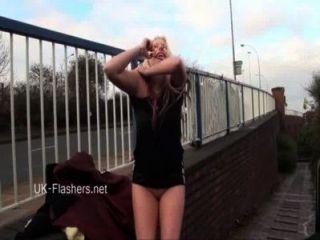 ungezogen Blondinen öffentliche Nacktheit und upskirt Masturbation Voyeur Amateur
