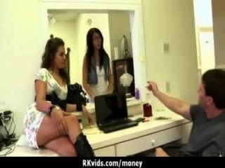 verzweifelte Teenager nackt in der Öffentlichkeit und fickt Miete 16 zu zahlen