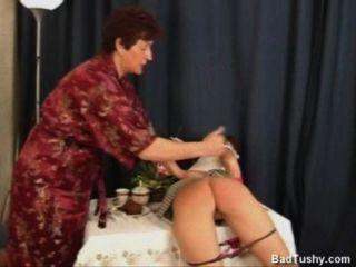 Russische Mutter verhaut freche Tochter.