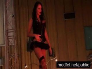 Zuschauer wird hart in den Händen von einem Stripper