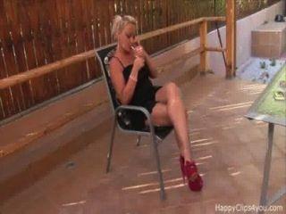 susan High Heels baumelt, Promo-Video Rauchen