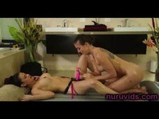 nette Lesben spielen mit Strapon nach der Massage