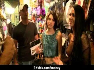verzweifelte Teenager nackt in der Öffentlichkeit und fickt Miete 23 zu zahlen