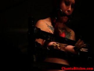 geknebelt sub hat ihre Titten von Domina bestraft