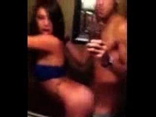Latina Mädchen hat ein quickie im Badezimmer