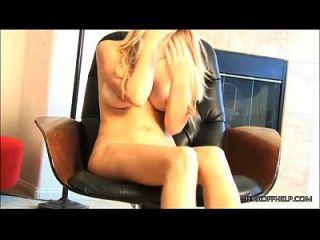 sexy blonde allison lachend an deinem kleinen Schwanz