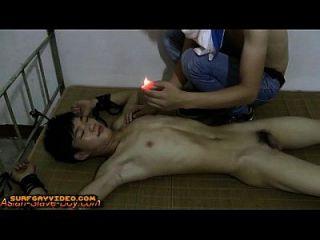 niedliche schlanke asiatische junge Sklave heiße Schmerzen Wachs