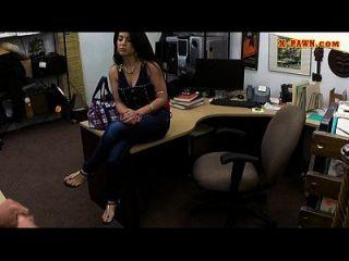 perverser pawnkeeper fucking ein heißes kubanisches chick in der pawnshop