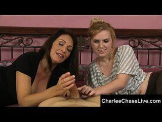 Hot Tampa Milf Charlee Chase bekommt eine Hand streichelnden Hahn