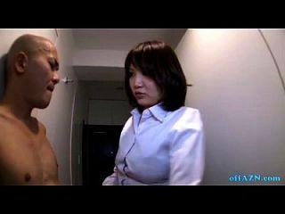 busty Büro Dame geben Handjob für nackte Skinny Kerl auf dem Korridor