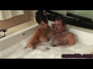 asa akira hot handjob in der badewanne