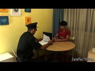 Der alte schwule Polizist bietet Fuchs einen besonderen Deal