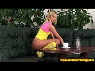 blonde pissen Teen Teen toying Pussy Großansicht