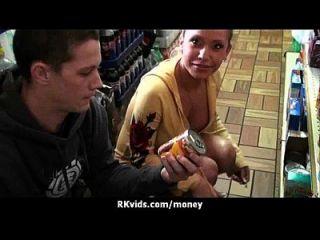verzweifelt jugendlich nackt in der Öffentlichkeit und fickt, um Miete zu zahlen 27