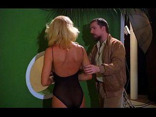 Ein Kerl hat ein blondes sexy Modemodell in einen Fick ausgetrickst