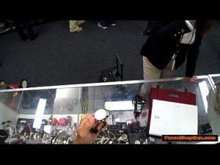 busty business woman saugt pawnshop Besitzer für ein Ticket