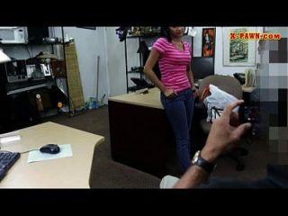Latina sucht ihren alten Nerzmantel zu verkaufen, der zum Sex wird