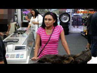 schlankes Mädchen, das versucht, ihren alten Nerzmantel zu verkaufen und hart zu ficken