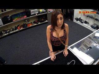 Mädchen fickt den Pfandmann, um für ihre Kette zu bezahlen, die sie vor 2 Monaten gepachtet hat