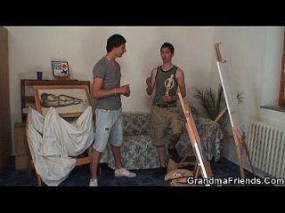 alte Hündin wird von zwei jungen Malern geschlagen
