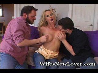 Frau experimentiert mit zwei neuen Liebenden