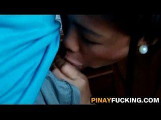 asiatische Amateur reibt ihre Muschi vor dem Saugen