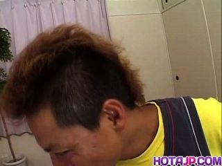 Kumiko empfängt Hahn in ihrem engen Vag